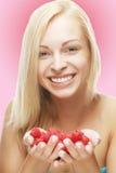 Blonde Frau mit Himbeeren Lizenzfreie Stockfotos