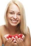 Blonde Frau mit Himbeeren Stockfotografie