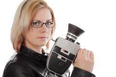 Blonde Frau mit historischer, alter Filmkamera Lizenzfreie Stockfotos