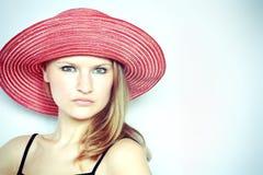 Blonde Frau mit Hut Stockfoto