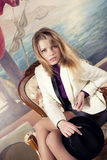 Blonde Frau mit Hut in der Hand Lizenzfreie Stockbilder