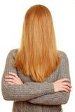 Blonde Frau mit ihrem Haar über ihrem Gesicht Lizenzfreies Stockbild