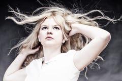 Blonde Frau mit ihrem Haarschlag Lizenzfreie Stockbilder