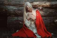 Blonde Frau mit ihrem kleinen Kaninchen Lizenzfreies Stockfoto