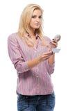 Blonde Frau mit ihrem Mobiltelefon und businesscard Lizenzfreie Stockbilder