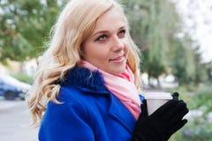 Blonde Frau mit Kaffee Stockfoto