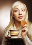 Blonde Frau mit Kaffee und Plätzchen Lizenzfreies Stockbild