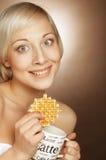 Blonde Frau mit Kaffee und Plätzchen Stockfotos