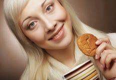 Blonde Frau mit Kaffee und Plätzchen Stockfotografie