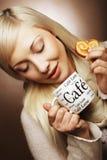 Blonde Frau mit Kaffee und Plätzchen Lizenzfreie Stockbilder