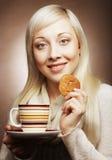 Blonde Frau mit Kaffee und Plätzchen Stockbild