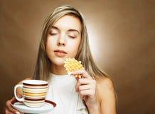 Blonde Frau mit Kaffee und Plätzchen Lizenzfreies Stockfoto