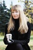 Blonde Frau mit Kaffeetasse Stockfoto