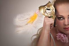 Blonde Frau mit Karnevalsschablone Lizenzfreie Stockfotos