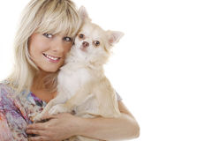 Blonde Frau mit kleinem Hund auf dem Arm Stockbilder