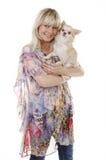Blonde Frau mit kleinem Hund auf dem Arm Lizenzfreies Stockbild