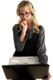 Blonde Frau mit Kopfhörerholdinglaptop Lizenzfreie Stockfotografie