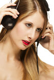 Blonde Frau mit Kopfhörern hörend Musik Stockfoto