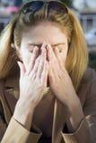 Blonde Frau mit Kopfschmerzen Stockbilder