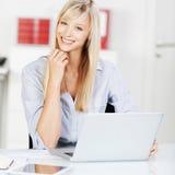 Blonde Frau mit Laptop Lizenzfreies Stockfoto