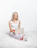 Blonde Frau mit Laptop Stockfotografie