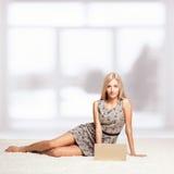 Blonde Frau mit Laptop Lizenzfreies Stockbild