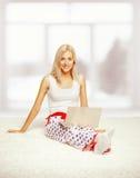 Blonde Frau mit Laptop Stockbild