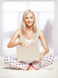 Blonde Frau mit Laptop Lizenzfreie Stockbilder