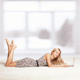 Blonde Frau mit Laptop Stockfotos