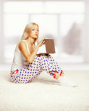 Blonde Frau mit Laptop Stockfoto