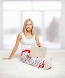 Blonde Frau mit Laptop Stockfoto