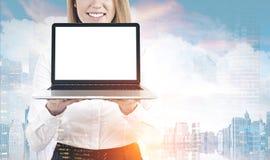 Blonde Frau mit Laptop, Stadt Lizenzfreie Stockfotografie