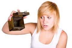 Blonde Frau mit leerem hölzernem Kasten Lizenzfreies Stockfoto