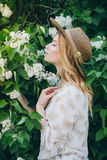 Blonde Frau mit lila Blumen im Frühjahr Lizenzfreies Stockfoto