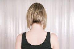 Blonde Frau mit Lob oder langem Pendelhaarschnitt Lizenzfreies Stockbild