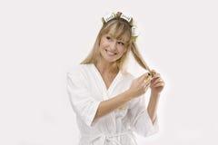 Blonde Frau mit Lockenwickler Stockfotografie