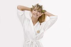 Blonde Frau mit Lockenwickler Lizenzfreie Stockbilder