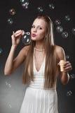 Blonde Frau mit Luftblasen Lizenzfreie Stockbilder