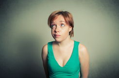 Blonde Frau mit lustigem Ausdruck Lizenzfreie Stockfotografie