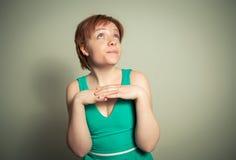 Blonde Frau mit lustigem Ausdruck Lizenzfreie Stockfotos