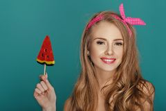 Blonde Frau mit Lutscherblauhintergrund Lizenzfreies Stockfoto