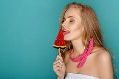Blonde Frau mit Lutscherblauhintergrund Stockbild