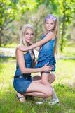 Blonde Frau mit Mädchen Lizenzfreie Stockbilder