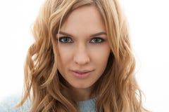 Blonde Frau mit Make-up lokalisiert auf weißem Hintergrund Lizenzfreie Stockfotografie
