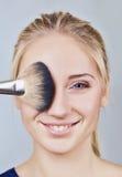 Nahaufnahme des Gesichtes der Frau und der Make-upbürste Lizenzfreie Stockbilder