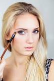 Nahaufnahme des Gesichtes der Frau und der Make-upbürste Lizenzfreies Stockbild