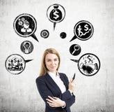 Blonde Frau mit Markierungs- und Geldikonen Lizenzfreie Stockbilder