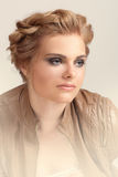 Blonde Frau mit Modemake-up und -frisur Stockfotos