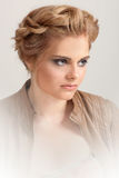 Blonde Frau mit Modemake-up und -frisur Stockbilder