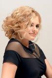 Blonde Frau mit Modemake-up und -frisur Stockfotografie